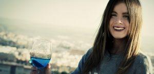 blauwe wijn drinken